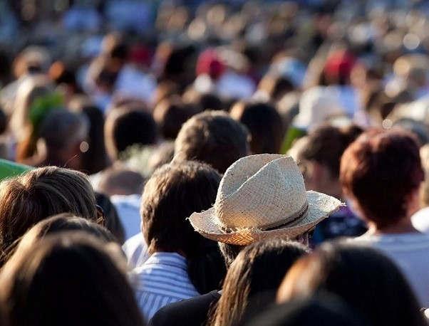"""<p><span style=""""color: rgb(34, 34, 34);"""">Численность населения Кыргызстана, свежая статистика за две тысячи девятнадцатый год. Данная информация появилась на одном из порталов страны.</span></p><p><span style=""""color: rgb(34, 34, 34);"""">Согласно поступившей информации на момент переписи населения за две тысячи девятнадцатый год в Кыргызстане проживает шесть миллионов триста восемьдесят девять тысяч пятисот человек. Из них два миллиона проживает в городах, а остальные относятся к сельским жителям. Так насколько велико население Кыргызстана по сравнению с другими странами? Совместно на территории наших соседей проживает шестьдесят один миллион триста тысяч человек. Из них тридцать три миллиона восемьсот тысяч в Узбекистане, восемнадцать с половиной миллионов в Казахстане и девять миллионов человек в Туркменистане.</span></p><p><span style=""""color: rgb(34, 34, 34);"""">А Китай, который так же является нашим соседом, занимает первое место по численности населения в мире, там проживает один миллиард четыреста миллионов человек. А это составляет целых восемнадцать процентов от численности всей Земли. Следом за ним идёт так же не так далеко расположившиеся Индия. Ее население достигает численности в один миллиард триста миллионов человек, что составляет семнадцать с половиной процентов от всего населения Земли.</span></p>"""