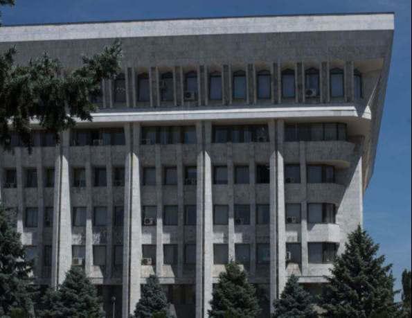 """<p><span style=""""color: rgb(56, 56, 56);"""">Особенности аренды в Жогорку Кенеша. Данная информация появилась на одном из городских порталов.</span></p><p>Согласно полученной информации Жороку Кенеша является одним из главных зданий Бишкека, так званый """"Белый Дом"""" Кыргызстана. Оно относится к ряду правительственных зданий и в нем можно снимать помещения под аренду. Сам процесс сдачи помещений под аренду проходит на аукционной основе, где может участвовать любой желающий предприниматель. Суть аукциона заключается в том, что предприниматели сами выставляют стоимость, которую они готовы платить за один квадратный метр помещения. Потом администрация выбирает наиболее выгодный для них вариант и заключает договор с этим предпринимателем.</p><p>После проведения аукциона и заключения договора победитель получает во владение купленную им территорию. Однако срок аренды не может превышать трех лет. По окончанию срока помещение вновь выставляют на аукцион.&nbsp;</p>"""