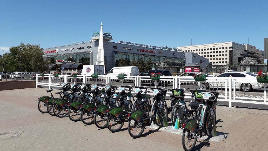 <p>В Нур-Султане официально закончен велосипедный сезон. Стоянки велосипедов закрыты и подготовлены к зиме. Велосипеды переданы на хранение в специальное хранилище. Там им будет проведен капитальный ремонт и замена поломанных деталей. Велосипеды это одно из самых любимых занятий столичных жителей. В каждым годом все больше и больше людей предпочитают это экологичный и чистый вид транспорта. Платные стоянки велосипедов расположены в многих местах города. На сравнительно небольшом расстоянии. Плата за прокат невысокая. С каждым годом количество поклонников этого здорового образа жизни растет. Этим летом многим нашим жителям встречался велосипедист-мужчина, который на добровольной основе делал везде на асфальте вот такие надписи. Настроение сразу становилось намного лучше! Больше спасибо этому хорошему человеку!</p>