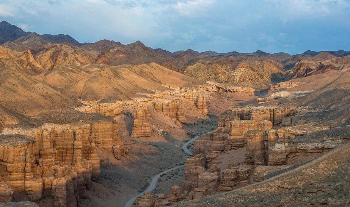 """<p><strong style=""""color: rgb(0, 138, 0);""""><em>Кызыл каньон - бұл Алматы облысының Қытаймен шекаралас маңындағы ғажайып табиғи форма. Мені объектіге апаратын керемет жол (автобах) таңдандырды, екіншіден, каньон өзінің пішіндері мен түстерімен таң қалдырды. Мен мұндай шындықты ешқашан көрген емеспін. Бұл Аризонадағы Үлкен Каньонға ұқсайды дейді. Мүмкін емес. Бірақ осы сапардың арқасында мен табиғаттың бізге беретін барлық ғажайыптарын енді сезіндім) Тамаша және ұмытылмас жер)</em></strong></p>"""