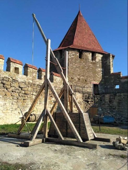 Бендерская крепость, регион-Молдова, город Бендеры. Катапульта, при помощи которой солдаты защищали себя внутри крепости.