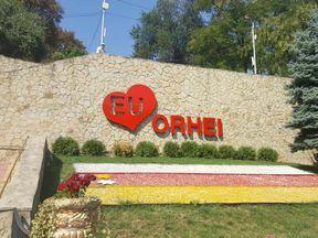 """<p>Istoria parcului central Orhei """"Ivanos"""" are peste 80 de ani, reprezentând o valoare deosebită pentru oraș. Acesta este singurul parc muzical din Republica Moldova. De Ziua Independenței, 27 august 2016, parcul reconstruit Ivanos și-a redeschis porțile pentru orășeni, lovindu-i de noul lor aspect.</p><p><br></p>"""