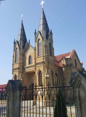 """<p><span style=""""color: rgb(28, 30, 33);"""">Pe strada Vasile Mahu (fostul K. Marx) se află Biserica Romano-Catolică. Construcția bisericii a început în 1904 și a fost finalizată în 1915. În vremurile sovietice, Biserica Romano-Catolică din Orhei a rămas în ruine mult timp. Datorită eforturilor preotului Klaus Kniffke, în 2005 biserica a fost restituită micii comunități catolice din Orhei. În 2008, după reconstrucție, biserica a fost redeschisă.</span></p>"""