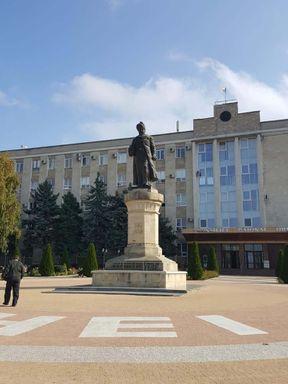 """<p><span style=""""color: rgb(28, 30, 33);"""">Statuia lui Vasile Lupu, conducător moldovenesc din 1634 până în 1653, se află pe zona central a orașului Orhei. Autorul statuii de bronz este celebrul sculptor român Oscar Khan. Monumentul a fost creat în 1932. Statuia este un adevărat campion în ceea ce privește numărul de schimbări de locație. Monumentul a fost transferat de 8 ori.</span></p>"""