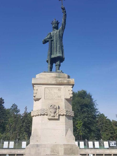 """<p><span style=""""color: rgb(28, 30, 33);"""">Monumentul lui Ștefan cel Mare, care prin unele minuni a supraviețuit până astăzi, este încă una dintre principalele atracții ale orașului și o carte de vizită a Moldovei. Istoria monumentului este foarte interesantă. Construcția monumentului lui Ștefan cel Mare la Chișinău a început în aprilie 1925. De la instalarea (28 aprilie 1928) a monumentului, se poate urmări turbulenta istorie basarabeană. Sculptorul Alexander Plamedyale și inginerul George Levitsky.</span></p>"""