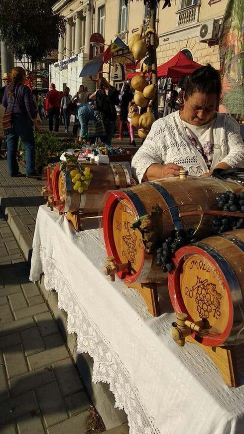 """<p><span style=""""color: rgb(28, 30, 33);"""">Pe bulevardul central al Chișinăului, care s-a transformat într-o zonă pietonală pentru o zi, Chișinăul sărbătorește 583 de ani. Centrul capitalei este aglomerat și plin de viață. La târguri, puteți cumpăra produse de la producători moldoveni și suveniruri de la meșteri.</span></p>"""