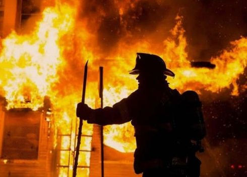 """<p>Огонь - одна из самых страшных стихий во всем мире, с которой нужно быть максимально осторожным.</p><p><br></p><p>В общежитии Кишинева произошел поджог, в результате которого ожоги получили пять человек.</p><p><br></p><p>Как сообщили информ-службы, пожар на этом первом этаже конкретно в этом доме далеко не впервые.</p><p>Как сообщила пресс-секретарь - """"первый этаж горит уже не в первый раз. Пожарных в этот дом вызывают так же не впервые."""" Есть все основания полагать, что одной из причин возникновения такой ситуации является именно поджог. Но на данный момент конкретнее сказать пока нельзя. Утверждать что либо можно будет только после внимательной и тщательной экспертизы и множества проверок.</p><p>Все жители дома, которые пострадали в результате пожара были немедленно доставлены в больницу. Таких пять человек, из них двое детей. Одному из них - год. Второму восемь месяцев. Дети получили ожоги и серьезное отравление угарным газом.</p><p>Случился пожар на улице Ион Пеливан ночью. Пожарные службы спасли семьдесят человек.</p><p>Генеральный инспектор по экстренным ситуациям, предоставил данные по поводу предполагаемого поджога.</p><p>Пожар произошел в пятиэтажном доме на первом этаже на лестничной клетке. Четыре экипажа пожарных и спасателей прибыли на место, где все происходило. При помощи автолестницы были спасены три человека, которые не могли выбраться самостоятельно. Снимали их с третьего этажа.</p>"""