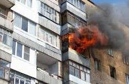 <p><br></p><p>Пресс-секретарь Генерального инспектората по чрезвычайным ситуациям Лилиана Пушкашу сообщила о сигнале который поступил в отделенные в двадцать сорок три. Кладовка которая находилась на шестом этаже и электрощиты с пятого по девятый этаж загорелись. На место где &nbsp;где произошел пожар прибыли шесть пожарных машин и три кареты скорой помощи. Жильцы которые были в квартирах, сигнализировали фонариками пожарных, что бы те смогли их увидеть и спасти. С дома, в котором произошло чрезвычайная ситуация выходили пожарные, держа в руках детей.&nbsp;Кадры с места событий были отправлены очевидцам. </p><p>-Нам пришлось эвакуировать двадцать человек, а так же семь детей,- говорит Лилиана Пушкашу. </p><p>Мы задействовали две пожарных лестницы что бы совершить спасение пострадавших.</p><p>На данный момент причину пожара не удалось установить. </p><p>Локализировать пожар удалось в двадцать один сорок, а окончательно затушить в двадцать два семнадцать&nbsp;</p>