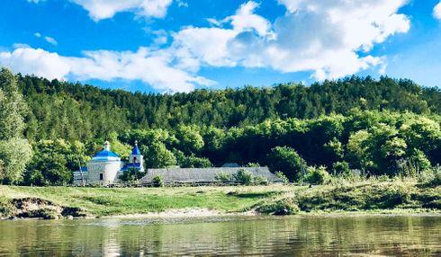 <p>Расположенная между Румынией и Украиной, Молдова стала независимой республикой после распада Советского Союза в 1991 году.</p><p>Молдова является одной из самых бедных стран в Европе, экономика которой сильно зависит от сельского хозяйства.</p><p>Две трети молдаван имеют румынское происхождение, и две страны имеют общее культурное наследие.</p><p>Промышленно развитая территория к востоку от Днестра, обычно известная как Приднестровье, была формально автономной территорией на территории Украины до 1940 года, когда Советский Союз объединил ее с Бессарабией для образования Молдавской Советской Социалистической Республики.</p><p>Эта область в основном населена русскоязычными и украинскими людьми. По мере того, как люди становились все более встревоженными перспективой более тесных связей с Румынией в бурные сумеречные годы Советского Союза, Приднестровье в одностороннем порядке провозгласило независимость от Молдовы в 1990 году.</p><p>Последовали ожесточенные бои. Независимость Приднестровья никогда не была признана, и с тех пор регион находится в состоянии неопределенности.</p>