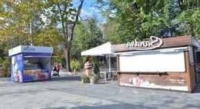 <p>Лица, которые занимаются торговлей в парках и скверах Кишинева вынуждены эвакуироваться. Так как сезон холодных напитков и мороженого уже закрыт&nbsp;согласно чему данный вид деятельности считается закрытым. Данное распоряжение подписал недавно занявший должность генерального мэра города Адриан Толмач. С тридцатого ноября две тысячи девятнадцатого года летний сезон для переносной торговли считается закрытым, согласно административним документам. Владельцы киосков обязаны освободить территорию зон деятельности. Полиция проследит за тем что бы киоски и вагончики были эвакуированы вовремя. По данным мэрии, на время летнего сезона две тысячи девятнадцатого года в публичных местах было установлено примерно сорок фургончиков с переносной едой. По мнению чиновников кофе и вода местным жителям в зонах отдыха уже не нужна.</p>