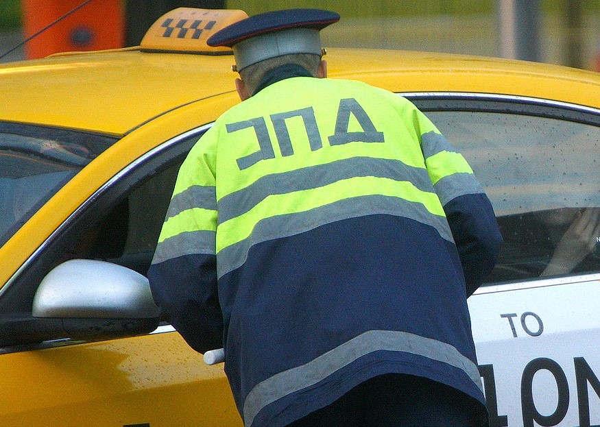 """<p><br></p><p><span style=""""color: rgb(56, 56, 56);"""">Управление полиции Кишинева и Национальное агентство транспорта начиная с октября по первое ноября две тысячи&nbsp;девятнадцатого года провели ряд проверок служб такси в разных фирмах, перед отправкой водителей на рейс.</span></p><p><span style=""""color: rgb(56, 56, 56);"""">В ходе обстоятельств было обнаружено такие правонарушения:неисправность фар, изношенные шины, отклонение по техническим показаниям, а также самый главный факт, что некоторые водители находились в состоянии опьянения</span></p><p><span style=""""color: rgb(56, 56, 56);"""">как алкогольного так и наркотического. </span></p><p><span style=""""color: rgb(56, 56, 56);"""">На месте полицейские составили протоколы по более двадцати нарушениях, которые связаны с разными отклонениями от закона,что привело данных лиц к снятию регистрационных номеров с данных лиц.</span></p><p><span style=""""color: rgb(56, 56, 56);"""">Правоохранительные органы так же призывают граждан быть особо внимательными, а водителей такси нести ответственность за&nbsp;жизнь пассажиров.</span></p>"""