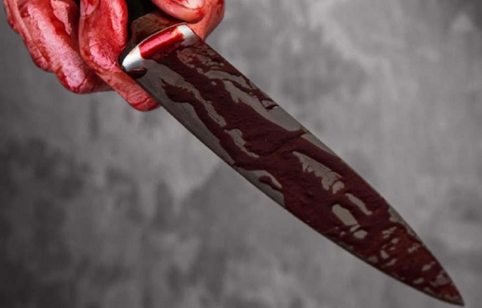 <p>В самом центре Кишинева, утром второго ноября произошел инцидент. Случилась ссора двух мужчин, недалеко от Центрального рынка.</p><p> В ходе чего, конфликт перерос в драку и один из мужчин достал нож и ударил им своего обидчика. Очевидцы, которые наблюдали за конфликтом немедленно вызвали скорую помощь и отряд полиции. Мужчина в возрасте сорока семи лет был доставлен в больницу с ножевым ранением. Полиция завела уголовное дело, по факту хулиганства. Нападающему мужчине было тридцать лет, и после нападения мужчина скрылся. Но полицая вскоре задержала нападающего. Сейчас опрашиваются свидетели, ведется следствие. </p><p>Как стало известно, что это не первый случай поножовщени в данном месте. Днями ранее мужчина напал на прохожего с ножом,и нанес ему множество колотых ран. Пострадавший находиться в больнице.</p>