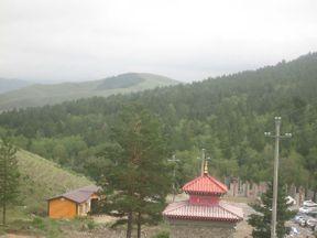 В провинциальной Монголии плотность достопримечательность, особенно, архитектурных, невелика. Посреди степей в 100 километрах к северу от Улан-Батора находится своеобразный оазис, который напоминает пейзажами какой-нибудь Бурабай в Казахстане или северо-восток Турции. В нем спрятался монастырь Аглаг. Почти все туристы на его территории - сами монголы, они ездят туда семьями. Монастырские объекты весьма фотогеничные, в одной  из построек есть небольшой музей.