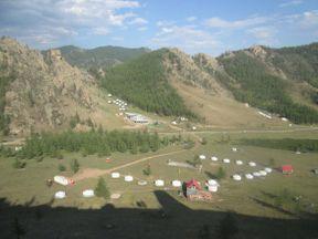 В Монголии местами весьма живописная природа. В часе езды от столицы расположен национальный парк Горхи-Тэрэлж. На его территории есть не только природные красоты и юрты для ночлега, но и буддийский храм и скульптуры динозавров. Его любят посещать и сами монголы и иностранные туристы.