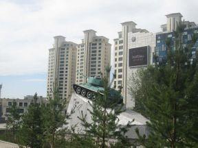 В южной части Улан-Батора стоит подняться к мемориалу Зайсан. Там по пути попадаются русскоговорящие монголы, иностранные туристы, например, из Южной Кореи, а также стоит бюст генерала Исы Плиева с подписью на русском и осетинском языках. Недалеко от него красиво смотрится Т-34 на фоне новостроек.