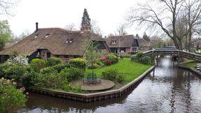 """<p><span style=""""color: rgb(0, 0, 0);"""">В голландской провинции Оферяйссел есть необычная деревушка Гитхорн. В ней нет улиц и дорог, она располагается посреди воды. Местные жители и многочисленные туристы передвигаются по каналам и мостикам. Деревню основали в 13 веке выходцы с юга, бежавшие от наводнения. На этом месте они нашли залежи торфа и стали его добывать. Причем, чтобы далеко не ходить, они выкапывали его прямо перед домом. На этих местах оставались ямы, которые постепенно заполнялись водой. В результате сейчас каждый дом, как бы на отдельном островке. Сейчас там проживает около 3000 жителей. Деревенька очень живописна, особую прелесть придают крыши из камыша и буйная растительность везде. Ну и, конечно же, изогнутые мостики, а их здесь аж целых 170.</span></p>"""