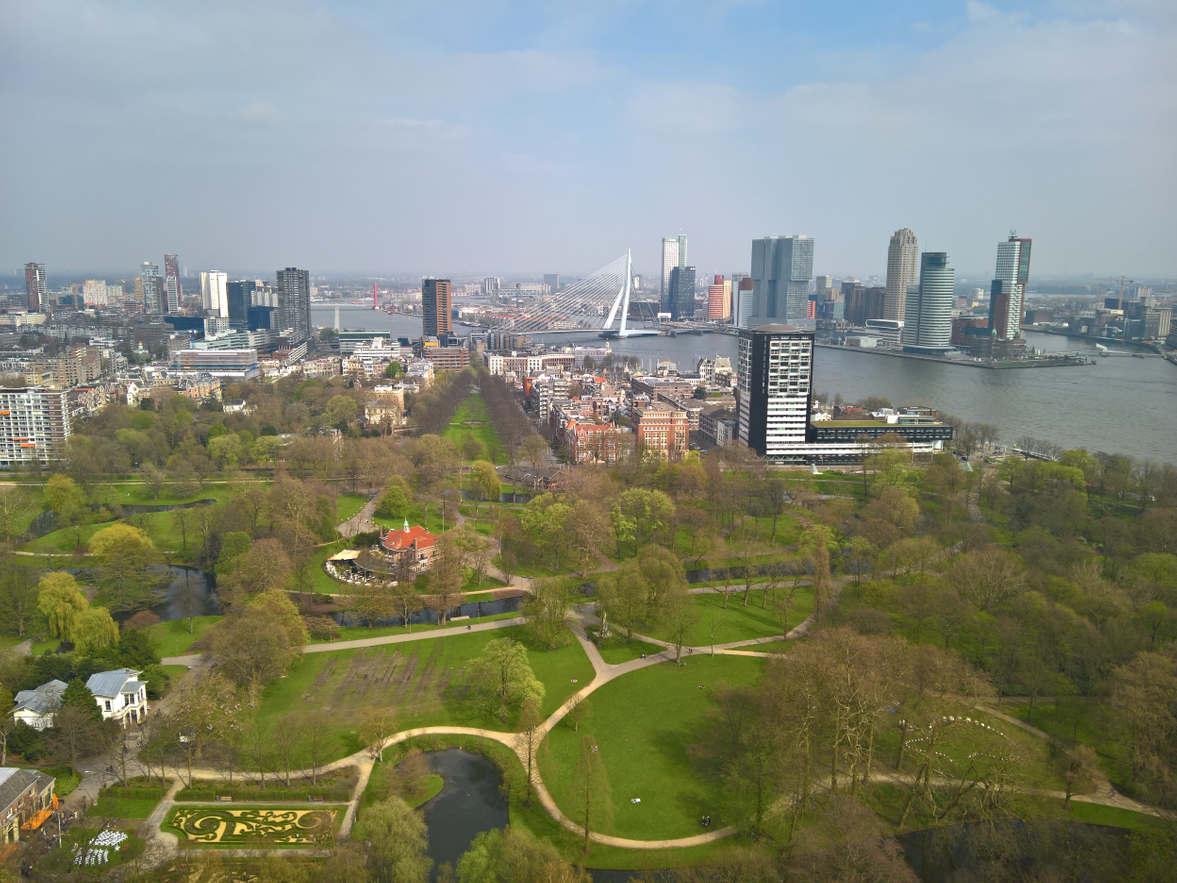 """De beroemde Euromast Rotterdam of Nederlands — Evromast. De hoogte is 185 meter. Van een hoogte van 112 meter tot een hoogte van 185 meter stijgt """"Euroscope"""" - een speciale panoramische cabine, die rond zijn as draait. Het meest interessante in het Euromast toren observatiedek, het beste in de stad. Er zijn er meerdere, De laagste - op 100 m. Klim naar de top-Er is een open gebied met een verrekijker, op heldere dagen zie je 30 km rond en heel Rotterdam in een oogopslag."""