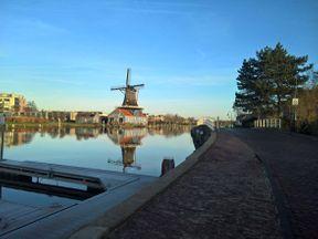 """<p><span style=""""color: rgb(0, 0, 0);"""">В пригороде Гааги есть небольшой, но очень яркий город Лейдсендам, который является частью общины Лейдсендам-Ворбюрг. На сегодняшний день население города не превышает 50 тысяч человек, при этом именно в Лейсендаме находится штаб-квартира Специального Трибунала по Ливану. Главной достопримечательностью Лейдсендама являются ветряные мельницы, великолепно сохранившиеся с 17-го века и поныне действующие. Городок очень тихий и спокойный, в нем можно неспешно гулять и наслаждаться типичными для Голландии пейзажами-мельницами и каналами.</span></p>"""