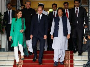 <p>Prime Minister Imran Khan held a lunch at the House of the Prime Minister on Tuesday in memory of Prince William and Kate Middleton.</p><p>After Prince Charles ' visit in 2006, the Duke and Duchess of Cambridge are the first royals to visit Pakistan. The royal couple met with President Arif Alvi as part of their first visit to the country prior to their meeting with the Premier.</p><p>At the President House, Prince William and wife Kate Middleton called on President Arif Alvi and praised the government's measures to fight climate change and poverty alleviation efforts.</p><p>President Alvi – together with the first lady – gave the royal couple a warm welcome and appreciated their efforts to raise awareness of issues such as mental health. Indeed, Prince William appreciated the reception and hospitality of the president.</p>