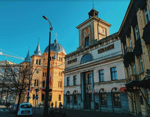 """<p>Łódź to miasto o industrialnym stylu i fascynującej historii, zrujnowanych budynkach i zabytkach architektury. W tłumaczeniu z języka polskiego Łódź oznacza """"łódź"""". Miejsce zyskało taką nazwę ze względu na rzeki, które w przeszłości stały się """"żywicielami rodziny"""". Dopiero teraz nie można ich teraz zobaczyć: są ukryte pod ziemią. Na powierzchni zachowały się fabryki, budynki z XIX wieku, rzeźby, parki, pałace, wille, graffiti, a nawet aleja gwiazd. Przedstawiamy przewodnik po przemysłowym centrum Polski, które jest bogate nie tylko w fabryki.</p>"""