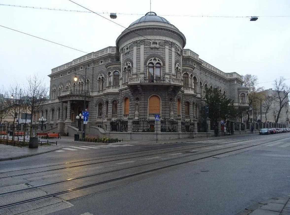 """<p><strong style=""""color: rgb(107, 36, 178);""""><em>Pałac Karola Poznanskiego znajduje się w Polsce, w Łodzi. Dwór został zbudowany w latach 1904-1908 w potentacie tekstylnym Izraela Poznańskiego dla jego syna Karla. Projekt budynku opracował architekt Adolf Zelingson, fasada i wnętrza pałacu zostały zaprojektowane w modnym wówczas stylu eklektyzmu, łącząc elementy włoskiego renesansu, baroku i secesji. Budynek ma kształt litery U, składa się z części środkowej i dwóch skrzydeł bocznych. Na obu piętrach. Oto salon, jadalnia, sala balowa, biuro, buduar, sala bilardowa. Ogród zimowy z dużym szklanym dachem. Pałac otoczony jest pięknym parkiem i ogrodzeniem z kutego żelaza.</em></strong></p>"""