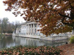 """<p><strong style=""""color: rgb(255, 153, 0);""""><em>Jesienią park jest bardzo piękny. Złote liście dodają szlachetności temu królewskiemu miejscu.</em></strong></p>"""
