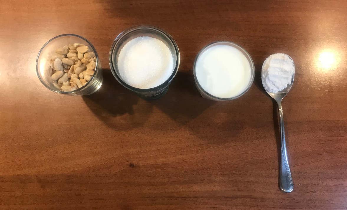 Jak zrobić karmel z orzeszkami bez masła. SKŁADNIKI NA KARMEL: orzechy ziemne, 160 g cukru, 100 ml mleka, 1 łyzka mąki. 1. Na patelnię wsypać mąkę i smażyć 4-5 minut na średnim ogniu. 2. Do patelni wsypać cukier, rozprowadzić go po całym dnie cienką warstwą. Podgrzewać na średnim ogniu do czasu aż cukier się rozpuści i zacznie brązowieć. 3. Gdy osiągnie brązowy kolor, wlać mleko (uwaga, będzie pryskać!) i energicznie wymieszać aż cukier się rozpuści. 4. Następnie dodaj orzechy ziemne. 5. Odstawić z ognia i przelać do miseczki lub garnuszka na sos.
