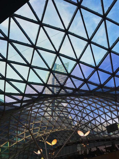 """<p><span style=""""color: rgb(34, 34, 34);"""">Złote Tarasy, wbrew swojej nazwie, wcale nie są złote. Nazwa pochodzi od ul. Złotej, na której kompleks się znajduje. Budynek ma powierzchnię 225 tysięcy mkw, z czego 65 tysięcy mkw zajmuje powierzchnia handlowo - rozrywkowa. Co roku centrum handlowe odwiedza ponad 20 mln klientów.</span></p>"""