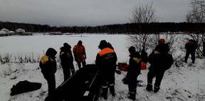 <p>Сейчас деньком невдалеке от «Рамады» на затопленном карьере под лед провалился рыбак. Как поведали в отделе связи с общественностью МЧС по Свердловской области, известие поступило в 13:15, на пространство незамедлительно поехали спасатели.</p><p><br></p><p>— К моменту прибытия спасательных отрядов мужик автономно выкарабкался из полыньи и располагался на середине водоема, — поведали в МЧС. — Спасатели обрели заключение эвакуировать потерпевшего при поддержке резиновой лодки. Работники МЧС в гидрокостюмах добрались до потерпевшего, погрузили в лодку и привезли на сберегал.</p><p>Рыбака передали докторам, его оглядели и расценили его положение как неплохое. Вся спасательная операция продолжалась 40 мин.. В ней были задействованы 18 человек и 4 единицы техники.</p>