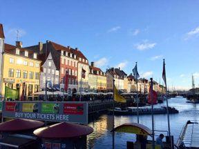 Копенгаген это современный скандинавский город с разнообразной архитектурой, наполнен всевозможными дизайнерскими постройками, в соседстве со старенькими домами. Визитной карточкой города является гавань Ньюхавн с многообразием разноцветных зданий и красивыми яхтами. Недалеко от гавани находится популярное у туристов место, неофициальное государство внутри Копенгагена-вольный город Христиания. Местные жители Христиании запрещают производить фото и видео съёмку на своей территории.