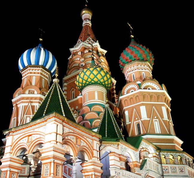"""<p><span style=""""color: rgb(34, 34, 34);"""">Известную во всем мире Красную площадь в Москве тоже можно увидеть с другого ракурса, если прогуляться по ней ночью. Выступающие пики словно подпирают черное небо и хотят достать до ярких звезд.&nbsp;</span><span style=""""color: rgb(170, 0, 0);"""">ГУМ</span><span style=""""color: rgb(34, 34, 34);"""">&nbsp;напоминает заставку к диснеевским мультфильмам, а храм Василия Блаженного будто яркий пряничный домик, приклеенный на черный фон.</span></p><p><span style=""""color: rgb(34, 34, 34);"""">Ночью на площади не так многолюдно, как днем и можно спокойно прогуляться и осмотреть достопримечательности.</span></p>"""