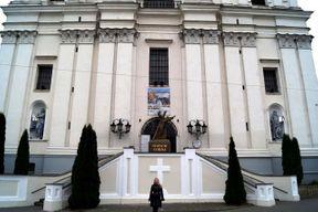 """<p>Собор святого Франциска&nbsp;<span style=""""color: rgb(170, 0, 0);"""">Ксаверия</span>&nbsp;на Советской площади в Гродно по праву включен почти во все экскурсионные программы. Снаружи он не отличается особым великолепием, но внутри невероятно красиво оформлен и имеет большую площадь. Собору уже более 300 лет и в нем сохранились старинные молитвенники, которые находятся в общем доступе.</p><p>Он украшен множеством фресок, старинными деревянными алтарями с позолотой, фигурами Христа, апостолов и евангелистов. В нем имеется множество резных деревянных кабинок для исповедания, хранятся священные реликвии в позолоченных обрамлениях.</p>"""