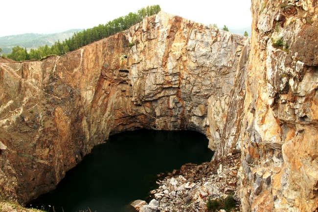 Расположенный в Ширинском районе Хакасии Туимский провал является одной из главных достопримечательностей этого района. Провал в массиве горы образовался из-за проводившихся ранее работ в рудниках по добыче меди, железа, молибдена и других металлов. Глубина его более 120 метров до поверхности озера ярко-бирюзового цвета. К воде можно спуститься в сопровождении гида через уцелевшие шахты, вооружившись фонариками.  Экстремалы могут совершить в летнее время года прыжок с тарзанки, устроенной на самом высоком выступе, но уже было много несчастных случаев (в том числе с летальным исходом) или погрузиться в бесконечную глубину озера с аквалангом. Пощекотать нервы можно и простой прогулкой вдоль отвесных стен провала. Для обычных посетителей оборудована небольшая смотровая площадка из дерева. Рядом можно приобрести тематические сувениры и магниты.