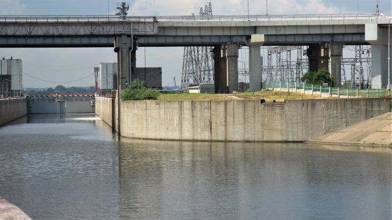 <p>Возле Заволжья и Городца, стоящих на противоположных волжских берегах), находится Нижегородская ГЭС. Чтобы избежать перепадов уровней воды, здесь устроен шлюз Городецкого гидроузла, состоящий из двух камер и промежуточного бьефа - водоема длиной примерно 3 километров. Поскольку перепад уровней между Горьковским морем и Волгой составляет 17 метров, суда преодолевают его, проходя по двум ступеням. В одном шлюзе их опускают или поднимают из водохранилища в промежуточный водоем, а в другом - в Волгу.</p>
