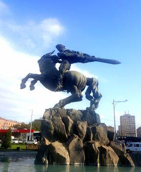 Հայկական ժողովրդական էպոսի հերոս Սասունցի Դավիթն իր մեջ մարմնավորում է հայ ժողովրդին բնորոշ գծերը՝ ուժեղ, արդար, աշխատող, պայքարող, բայց մի փոքր միամիտ: Երևանում տեղակայված այդ արձանը (քանդակագործ Երվանդ Քոչար) լիովին արտացոլում է հերոսի կերպարը: Թվում է, որ այն շարժման մեջ է, իսկ թուրը պատրաստ է վնասազերծել թշնամուն: Խորհրդանշական է ցայտացբյուրի նման տեղեկայված թասը հենց ձիու տկ,որի թափում է ջուրը: Այն բնորոշում է հայ ժողովրդի համբերության բաժակը: