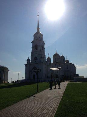 """<p><span style=""""color: rgb(34, 34, 34);"""">Владимир один из самых популярных городов Золотого кольца России. В этом году он обосновал свой статус «крупнейший туристический центр европейской части России». Согласно исследованиям&nbsp;</span><span style=""""color: rgb(0, 0, 0);"""">MAPS</span><span style=""""color: rgb(34, 34, 34);"""">.ME&nbsp;Владимирская область вошла в ТОП-10 регионов, которыми иностранные туристы большее всего интересовались летом 2019 года. Рейтинг составлен с учетом&nbsp;количества иностранных пользователей, которые загрузили российские&nbsp;</span><span style=""""color: rgb(170, 0, 0);"""">кaрты</span><span style=""""color: rgb(34, 34, 34);"""">&nbsp;на свои&nbsp;</span><span style=""""color: rgb(170, 0, 0);"""">смартфоны</span><span style=""""color: rgb(34, 34, 34);"""">. с 1 июня по 31 августа 2019 года. Компания сравнила данные с предыдущими годами. Тогда Владимир и область входили лишь в двадцатку.&nbsp;</span></p>"""