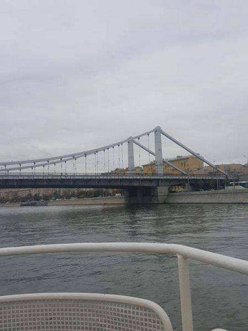 <p>Висячий мост Москвы - уникальный в своем роде.</p><p>Именно в этом и феномен Крымского моста. Основная его опора это стальные крепежи. Крымский мост своей конструкцией напоминает Эйфелеву башню.&nbsp;&nbsp;На строительство моста потребовалось около десяти тысяч тонн металла, или примерно одна тонна на квадратный метр поверхности. Крымский мост&nbsp;— единственный мост в мире с таким&nbsp;удельным весом&nbsp;стали.</p><p>Согласно легенде один из крепежей был выполнен из червонного золота и был смонтирован самим Сталиным.&nbsp;</p>
