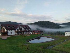 <p>Неподалеку от Белогорска в Кемеровской области есть один горнолыжный курорт под названием Горная Саланга. Зимой тут полно любителей покататься с горки, а вот летом местечко напоминает затерянную в тайге европейскую деревеньку. Вокруг ничего кроме лесов и сопок, редкий отдыхающий заедет в эту глушь. Но, те, кто приезжает сюда из больших городов умеет ценить уединение этого места - ведь тут нет не только избыточного общества и транспорта, но и сотовой связи. И все это с качественным сервисом и неплохой кухней.</p>