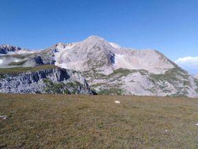 <p>Плато Лаго-Наки это небольшой горный комплекс, расположенный в республике Адыгея в Краснодарском заповеднике. Это прекрасная природа, красивые горы, раскинувшиеся среди цветочных лугов. А также проложенные тропы туристического маршрута, оборудованные стоянки для туристов, чтобы остановиться на ночь. Можно взобраться на горные вершины: Оштен, Фишт, Пшехасу, чтобы увидеть всю красоту этого места с высоты 2800 метров.</p>