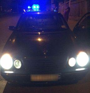 """<p>Сотрудники ГИБДД проводили ночные&nbsp;рейды по определению нетрезвых водителей в городе и в одном из них был задержан мужчина на автомобиле Mercedes. </p><p>Сотрудники полиции предполагают что мужчина был под воздействием наркотических веществ. Так же в ходе обыска автомобиля у мужчины были изъяты запрещённые предметы. Водитель был в недоумении от того что полицейских привлекло внимание его автомобиля. Мужчина рассказал что просто решил покататься по ночному городу и совершенно не понимает за что был задержан. Инспекторы объяснили что их внимание привлекла тонировка на авто, которую владелец машины согласился содрать. Мужчину не отпустили, так как у полицейских было подозрение о невменяемости гражданина, и дело совершенно не касается алкогольного опьянения. Полицейские нашли понятых и при них изъяли пистолет и шапочку с разрезом для глаз. </p><p>Гражданин доказывал что трезвый но проходить медосмотр отказался. Позже в пачке сигарет нашли зелёное вещество, предположительно """"косяк"""" и только после этой находки мужчина признался что купил его через интернет исключительно для себя.&nbsp;</p>"""