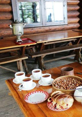 """<p><span style=""""color: rgb(34, 34, 34);"""">Объект """"Чайные домики"""" находится недалеко от курортного города Краснодарского края в поселке&nbsp;Уч-Дере. Очень удобное расположение, атмосфера и фольклорный колорит этого места привлекает множество туристов со всего света. Изумительные виды на горы, огромные плантации чайных деревьев, горные площадки для прогулок по строениям, чаепитие со свежим чаем и местными гостинцами - это только часть всей экскурсионной программы, которую стоит посетить, побывав в поселке. Прекрасная работа экскурсоводов, варенье и фейхоа и инжира, а также запасенные орехи - отложатся в памяти на долгое время.</span></p>"""