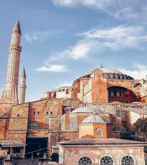 <p>Rahat ve aydınlık bir kilise camiye dönüştü. Hristiyan tapınağının atmosferi korunuyor, İstanbul'un merkezinde hoş tenha bir yer! Yaşlı bakıcıdan kapıları ikinci kata açmasını isteyin, bunu yapmaya isteklidir)))) ve bağış olarak güzel bir kuruş bırakmayı unutmayın)</p>