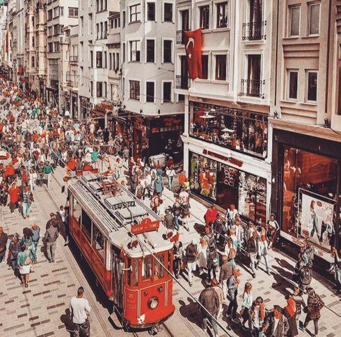<p>Türkiye'nin başkenti Ankara ise, kalbi kesinlikle İstanbul'dur. Evet, yüzyıllarca başkent, üç imparatorluğun başkentiydi. Metrekare başına çok sayıda ilgi çekici yeri olan bir şehir bulmanız pek mümkün değildir. Sadece Sultanahmet Meydanı'ndaki unutulmaz mekanlarda bütün gün yürüyebilir, her şeyi incelemek için zamanınız olmaz. Topkapı Sarayı, Sultanahmet Camii, Ayasofya, Yerebatan Sarnıcı ... yanı sıra çeşmeler de vardır. Bu şehir farklı dönemlerin, farklı büyük güçlerin, farklı halkların ve kültürlerin izlerini tutar.</p>