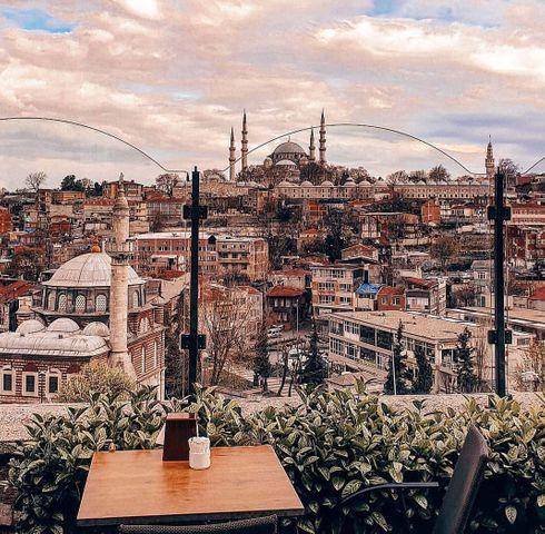 <p>Şaşırtıcı ve çok taraflı İstanbul - Boğaz'ın her iki yanında, Avrupa ve Asya'nın buluşma yeri olan pitoresk bir kent. Sultanahmet Camii, görkemli Ayasofya, Topkapı Sarayı, Galata Kulesi, mimarisiyle büyüleyici, uzun bir tarihin izini koruyor. Kız Kulesi veya Kyz Kulesi, efsanelerle dolu ve çarpıcı manzaralar çeken bir başka cazibe merkezidir. Aeroflot günlük olarak İstanbul'a uçuyor. # IdeiDlyaPuteshestviya</p>