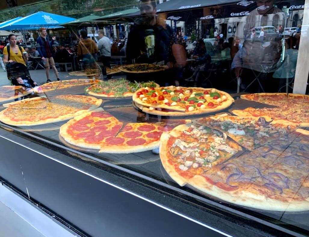 <p>Кожному, хто приїхав до Мюнхена, раджу спробувати їхню піцу. Вона смачна і величезна, на тонкому тісті.</p><p><br></p><p>Тут вас вітає привітний персонал та величезний вибір піци.</p><p><br></p><p>Не хвилюйтеся, якщо ви бачите лінію перед входом. Через кілька хвилин ви знайдете місце, де можна насолодитися хорошою італійською кухнею!</p>