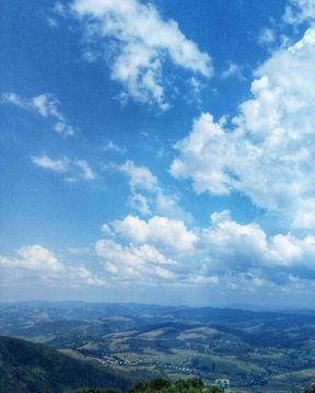 <p>Одна з найвищих гір масиву Полонина Боржава, розташована в південно-західній частині масиву в межах Закарпатської області.</p>