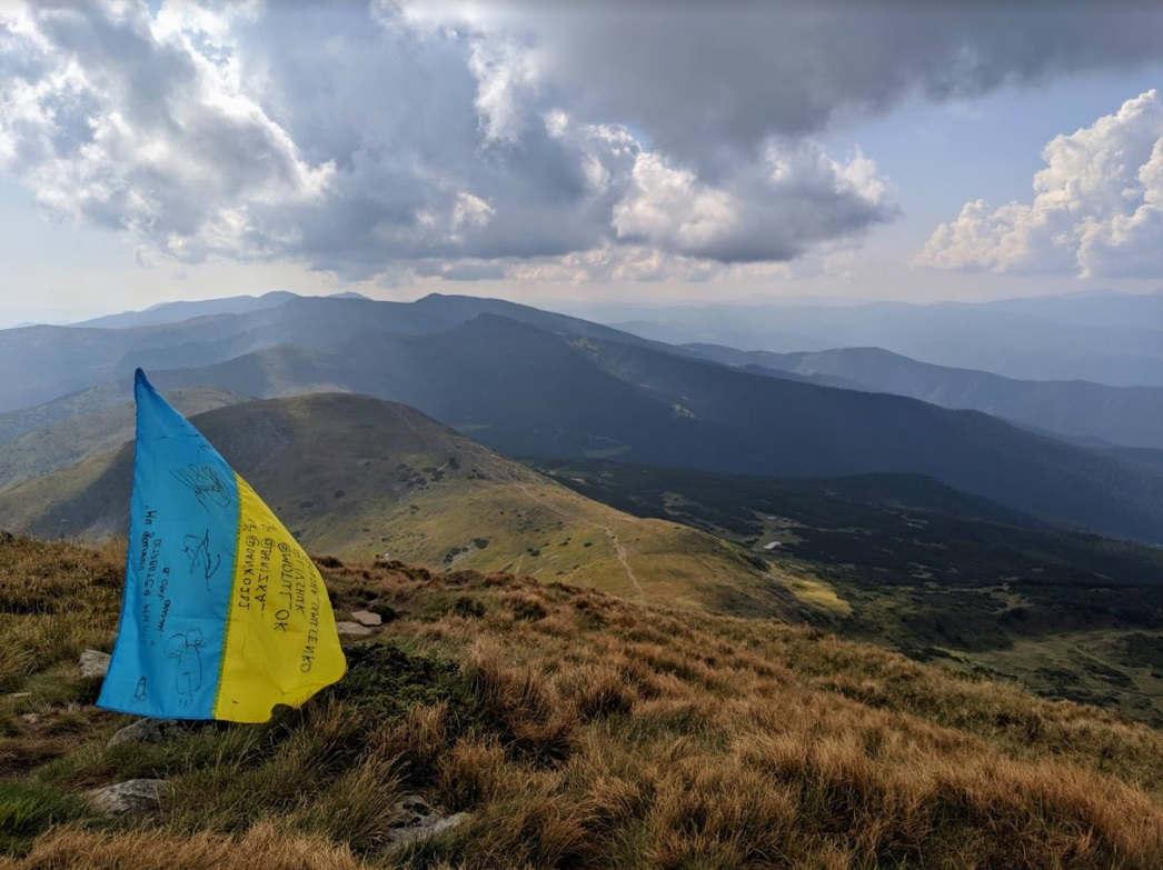 <p>Піднімалась на гору Говерла з друзями. Цікавий досвід. З вершини відкриваються чудові види на прилеглі гірські гряди. Дуже багато їстівного під ногами.</p><p><br></p><p>Взагалі гори прекрасні, але ось Говерла - їх королева. Коли ти стоїш на вершині такої високої гори - це захоплення. Добиратися не особливо просто, але це того варто. Вид з вершини гори просто щось. Всім рекомендую хоча б раз забратися на Говерлу і подивитися на цю всю красоту своїми очима.)</p>