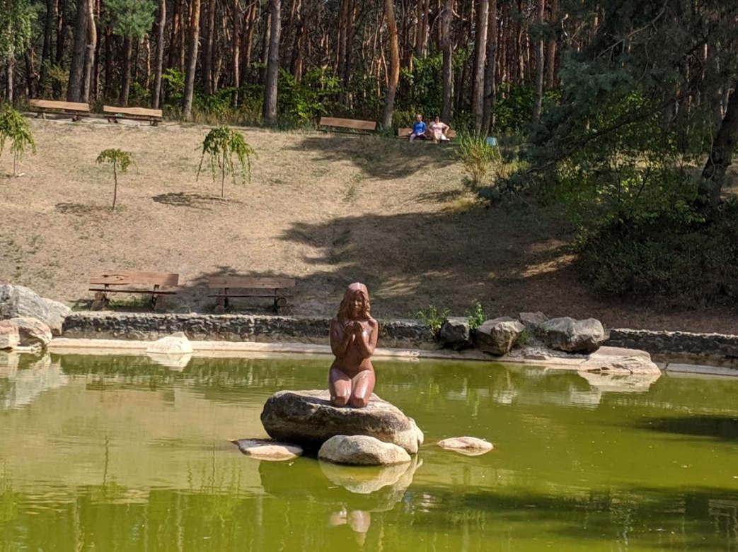 <p>Раніше парк «Сосновий бір» називався парком «50-річчя Жовтня» та мало чим відрізнявся від сотень парків в Україні. Але за останні десять років тут висадили молоді деревцята, встановили дуже цікаві скульптури, очистили численні прудики і перетворили парк в справжній сучасний оазис в кам'яних джунглях Черкас. Тут дуже цікаво гуляти, і можна зробити гарні фото)</p>