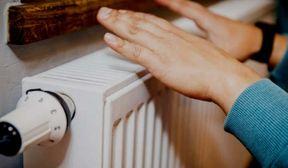 """<p>Еще один один пробуют заменить систему платежей за тепло, докладывает журналист.</p><p>Это учтено планомпроектом распоряжения президента """"О добавочных мерах по совершенствованию системы теплоснабжения и денежному оздоровлению компаний теплоснабжения"""", приготовленным Министерством жилищно-коммунального сервиса.</p><p>Документ приглашает ввести порядок, в согласовании с коим:</p><p>– убытки, образующиеся в итоге использования пониженных тарифов на термическую энергию и жаркую воду для населения, покрываются за счет республиканского бютжета, районных денег.</p><p>При данном в документе не оговаривается, сколько составит сам цена. Ведомо лишь только одно, собственно что стоимости станут вырастать помаленьку в направление следующих двух лет. Лишь только в будущем году на компенсирование пониженных тарифов для населения в районных бюджетах станет заложено практически 60 млрд сумов.</p><p>Припомним, собственно что в августе сего года на рассмотрение был вынесен план закона """"О теплоснабжении"""". Сведениям документом предлагалось ввести цены на всех живущих по одному мктру квадратному """"совместной площади"""" в денек времени отполения.&nbsp;В данный момент вы платите лишь только за площадку жилой квартиры , куда, к примеру не заходит уборная, ванная, балкон и коридоры, где не поставлены батареи.</p>"""