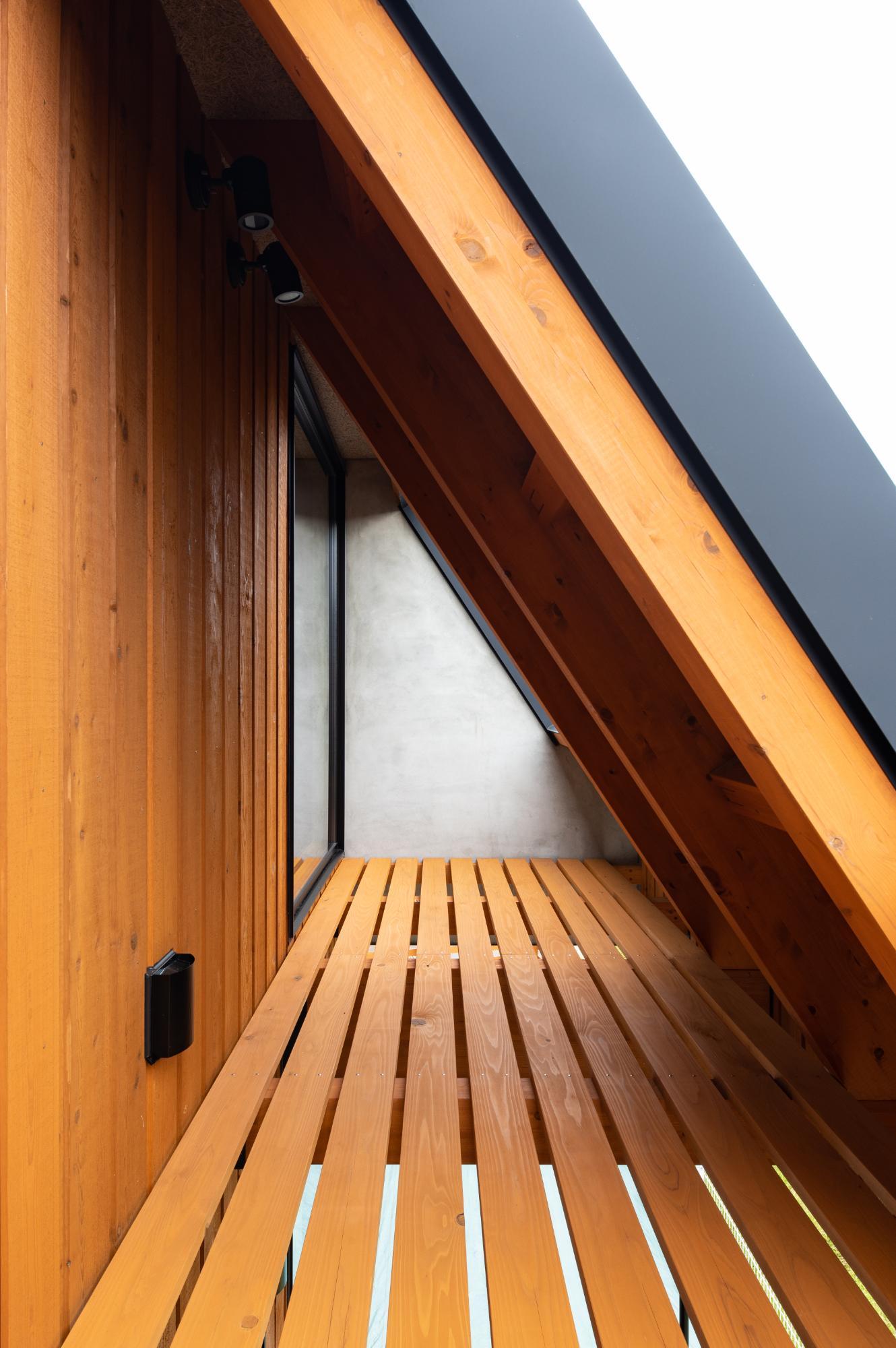 2階寝室脇のテラス。斜めの屋根がかかることで小屋裏のようなスペースとなりました。